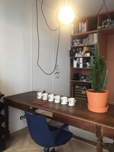 bureau showroom. Black Bedroom Furniture Sets. Home Design Ideas